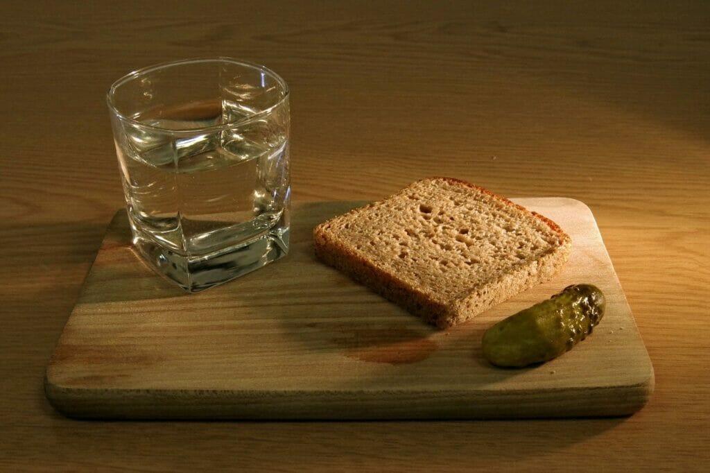 När man dricker vodka i Ryssland eller Ukraina så är tilltugget ofta enkelt – grovt bröd och inlagd gurka! Men snapsvisor sjunger man inte!